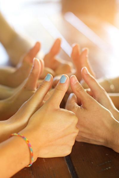 Hände mit Daumen hoch bilden einen Kreis