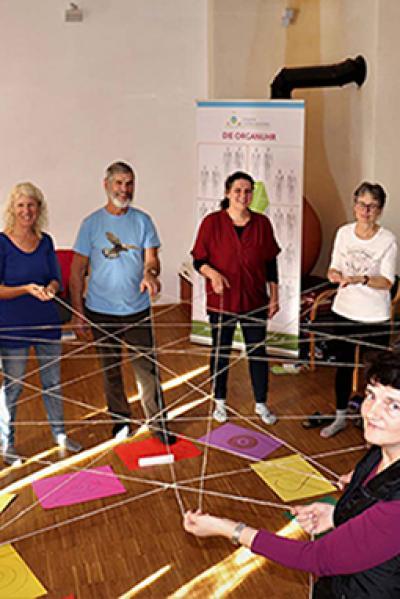 Kreis von Menschen mit Fäden verbunden