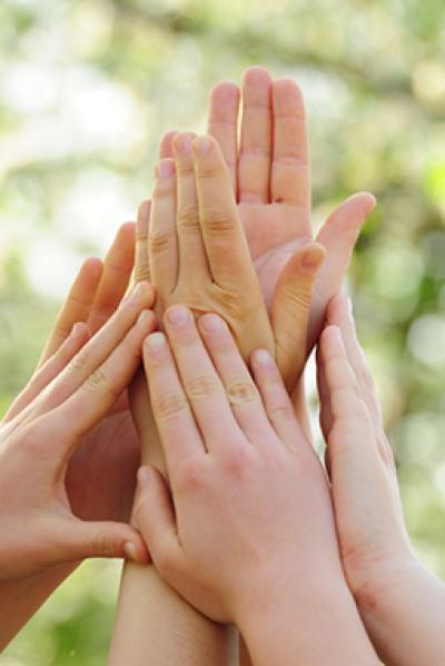 Viele Hände berühren einander und formen eine Spitze